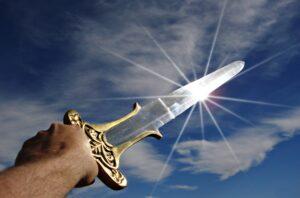 יד מחזיקה חרב ברקע שמים ונצנוץ של השמש
