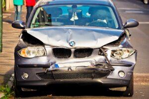 רכב תוצרת BMW בצבע אפןר כהה אחרי תאונת דרכים בחלק הקדמי